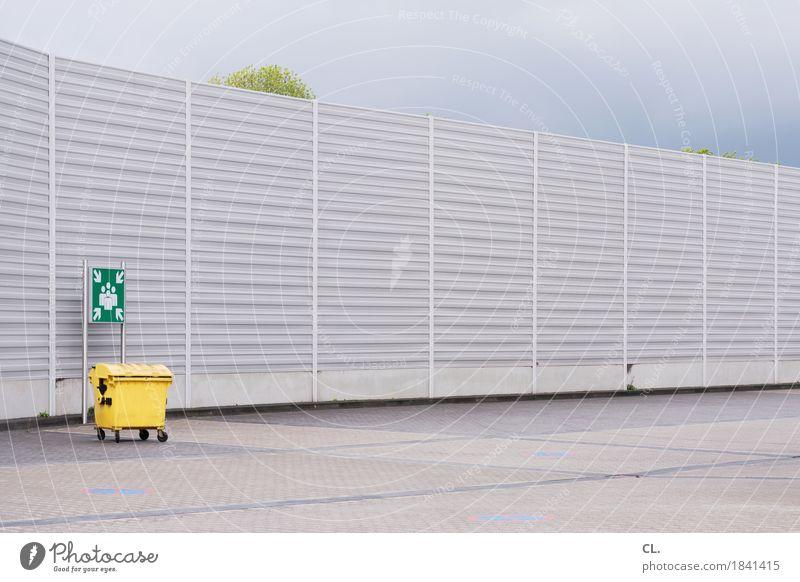 sammelplatz Himmel Wolken Baum Mauer Wand Müll Müllbehälter Zeichen Schilder & Markierungen Hinweisschild Warnschild trist gelb Sammelstelle Barriere Farbfoto
