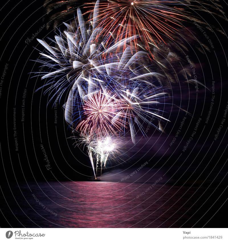 Blaues und rotes buntes Feiertagsfeuerwerk Himmel blau Weihnachten & Advent Farbe Wasser weiß Freude dunkel schwarz gelb Feste & Feiern Party See orange rosa