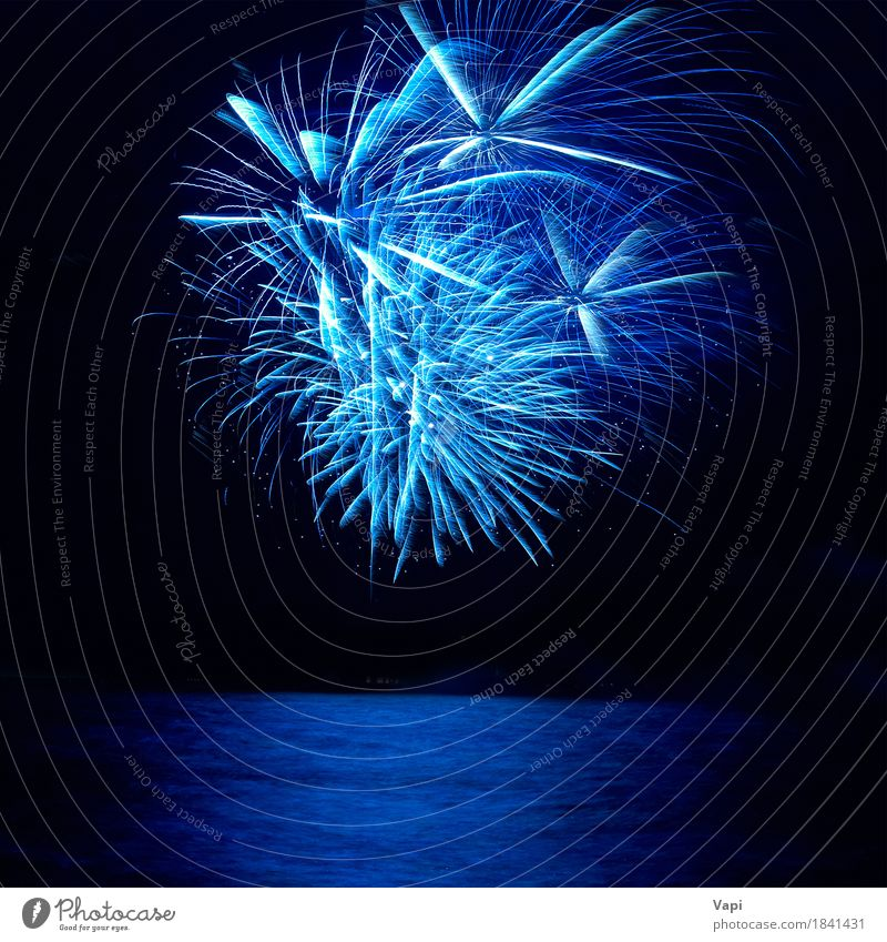 Blaues buntes Feiertagsfeuerwerk Freude Nachtleben Entertainment Party Veranstaltung Feste & Feiern Weihnachten & Advent Silvester u. Neujahr Himmel Wasser
