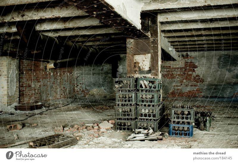 DER MORGEN DANACH dunkel Wand Architektur Mauer Stein dreckig Industrie Bauwerk Fabrik verfallen Bier Flasche Alkohol Erfrischungsgetränk Nachtleben Kiste