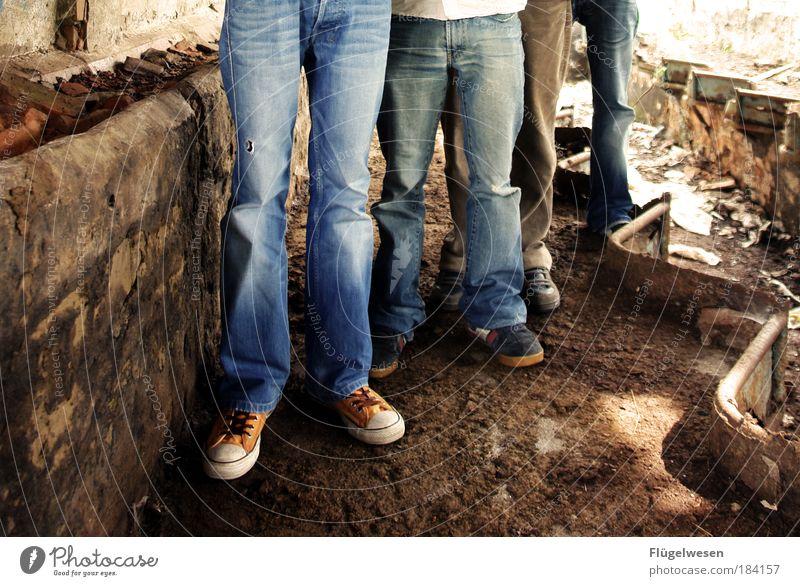 Woll'n wir nicht ne Band gründen? Natur Freude springen Schuhe Beine Lifestyle stehen Freizeit & Hobby Unendlichkeit außergewöhnlich Mut Leidenschaft Band Jeansstoff Mensch Ruine