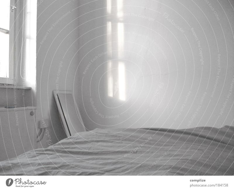 weißer Raum Haus Wohnung Bett Häusliches Leben Spiegel Innenarchitektur Möbel Schwarzweißfoto silber einrichten Schlafzimmer Sonnenstrahlen Schatten Licht
