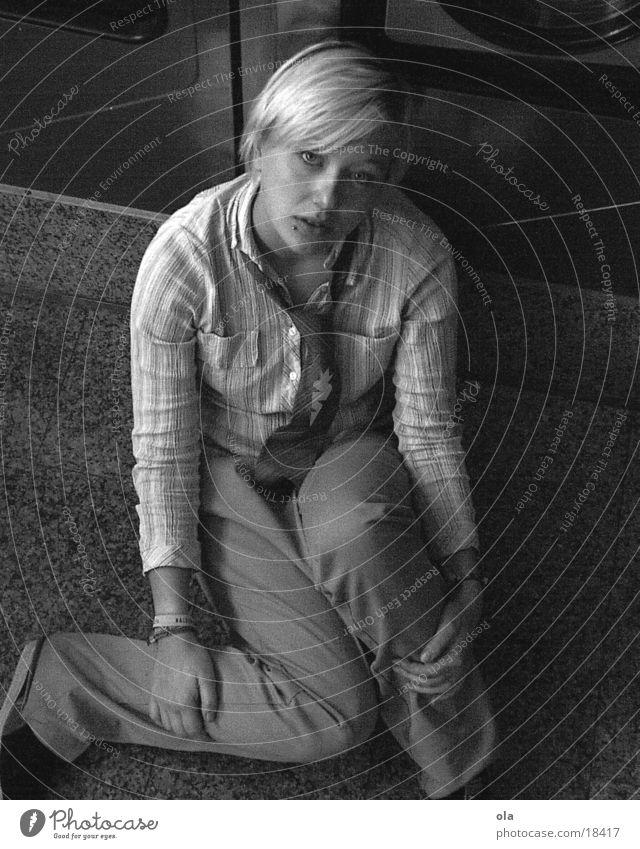 Mama? Frau Waschmaschine Hundeblick Bodenbelag sitzen Schwarzweißfoto
