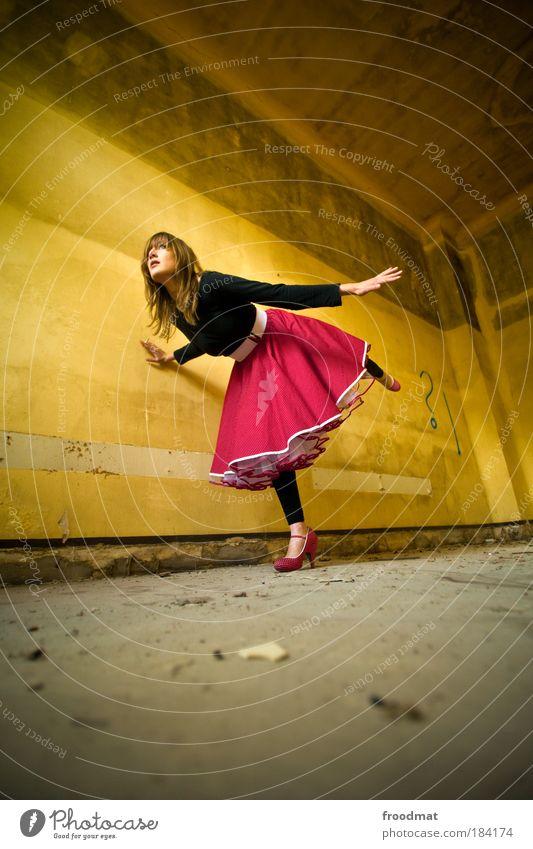 forward ?! Frau Jugendliche schön Erwachsene feminin Wand Zufriedenheit blond Tanzen elegant ästhetisch Zukunft stehen Coolness retro einzigartig