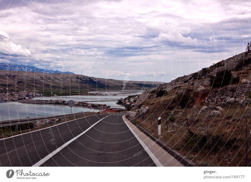 Land und Straße mit ein bisschen Meer Landschaft Himmel Wolken Sträucher Felsen Küste Bucht Insel Verkehrswege Straßenverkehr blau braun Menschenleer Geröll