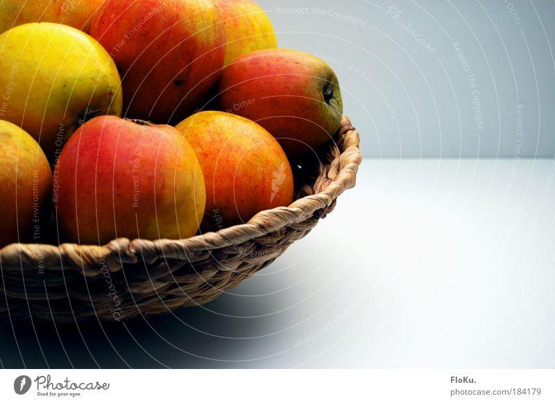 Apfelkorb Farbfoto Innenaufnahme Menschenleer Textfreiraum rechts Hintergrund neutral Tag Kontrast Sonnenlicht Lebensmittel Frucht Ernährung Bioprodukte