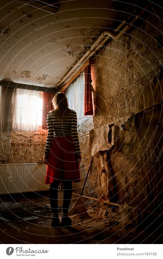 blätterwald Frau Mensch Jugendliche Einsamkeit feminin träumen Traurigkeit blond Erwachsene Armut Fenster Trauer stehen Wandel & Veränderung Vergänglichkeit