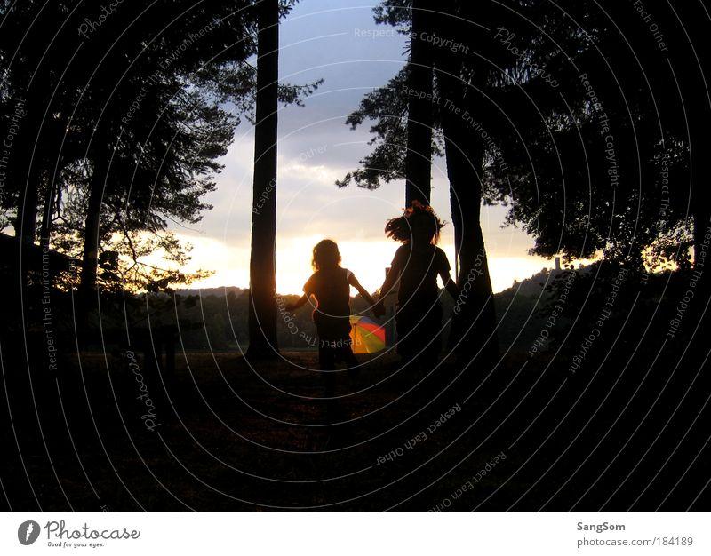 Freundschaft Spielen Ferien & Urlaub & Reisen Sommer Mensch Mädchen 2 3-8 Jahre Kind Kindheit Landschaft Sonnenaufgang Sonnenuntergang festhalten frei