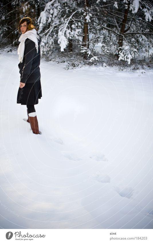 weit draussen Mensch Jugendliche Winter Einsamkeit Erholung kalt feminin Schnee Bewegung Frau Erwachsene Zufriedenheit Eis Kraft gehen laufen
