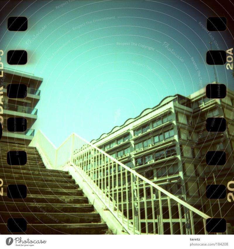 Halbe Treppe Stadt Sommer ruhig Einsamkeit Haus Stein Metall hell Lomografie Portugal Fassade Hochhaus leer Buchstaben Ziffern & Zahlen