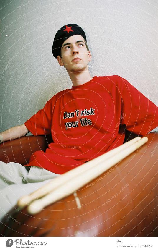 viva la revolution Mann rot Mütze Sessel Schlagzeug Schlagzeuger