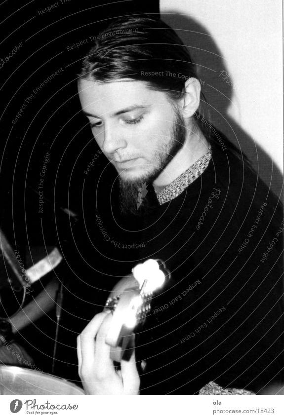 spiel mir den blues schwarz weiß Mann Bart Zopf Schwarzweißfoto Kontrabass Halbtotale sitzen