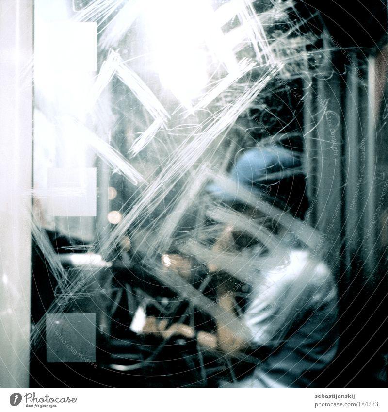 Telefonzelle Mensch blau Erwachsene Leben Fenster sprechen Graffiti grau Glas maskulin ästhetisch Telefon Coolness T-Shirt Kommunizieren festhalten