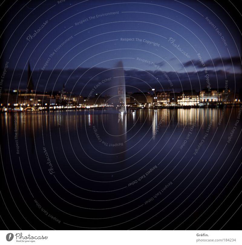 Abends an der Alster Wasser Stadt Haus See Beleuchtung Horizont glänzend Hamburg Kirche leuchten Idylle Skyline Stadtzentrum Wasserfontäne Alster Hafenstadt