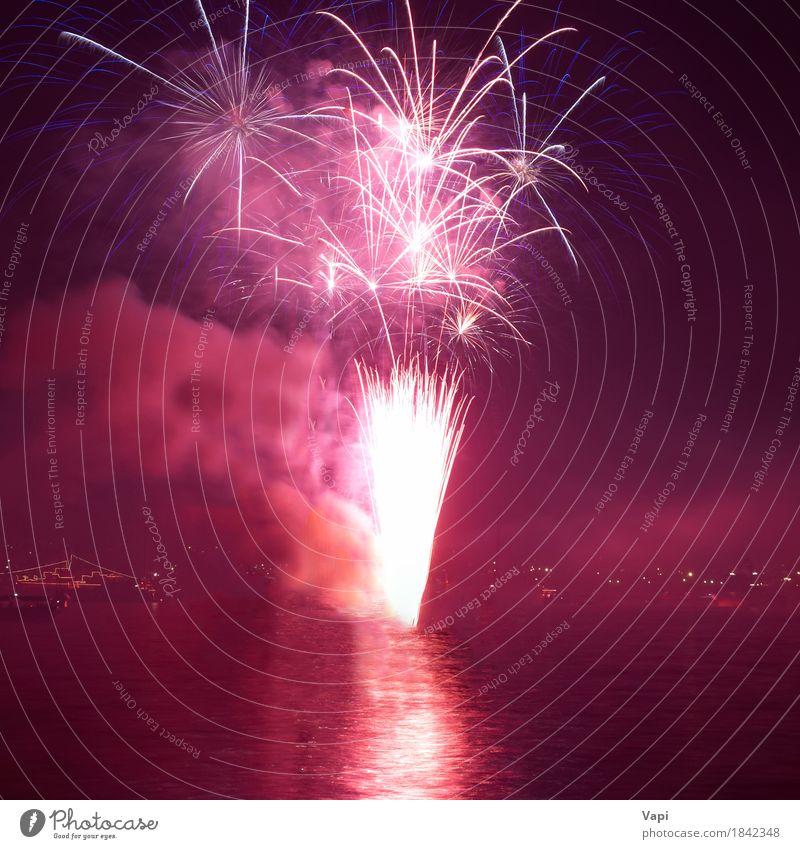 Rotes buntes Feiertagsfeuerwerk Himmel blau Weihnachten & Advent Farbe weiß rot Freude dunkel schwarz gelb Freiheit Feste & Feiern Party orange rosa hell