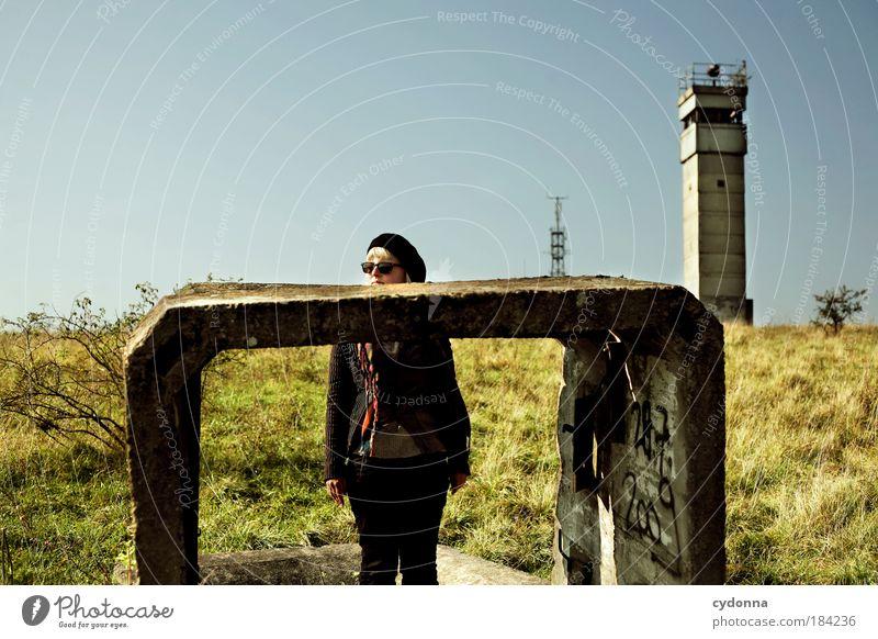 Uffpassn! Frau Natur Jugendliche Erwachsene Leben Umwelt Landschaft Freiheit Architektur träumen Zeit Zukunft Sicherheit Wandel & Veränderung Wunsch Vergänglichkeit