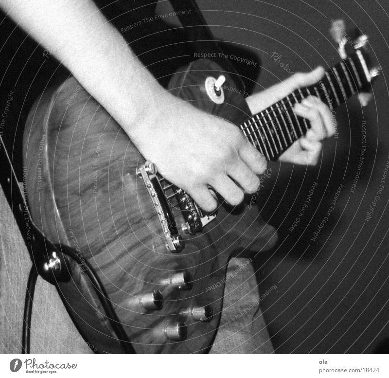 spiel mir das lied vom tod Mann Hand weiß schwarz Musik Holz Arme Konzert Gitarre spielend