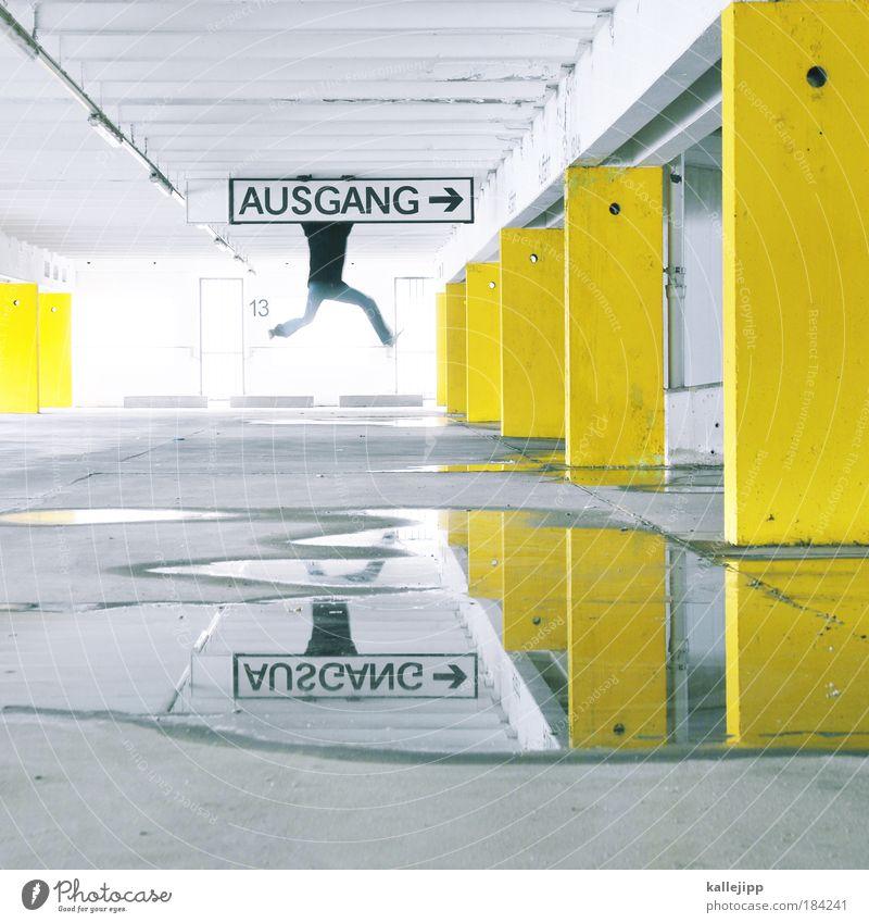 raus aus den schulden Mann Wasser Erwachsene gelb Stil Beine laufen maskulin Design Beton Lifestyle Hinweisschild planen Kontrast Schatten Zentralperspektive