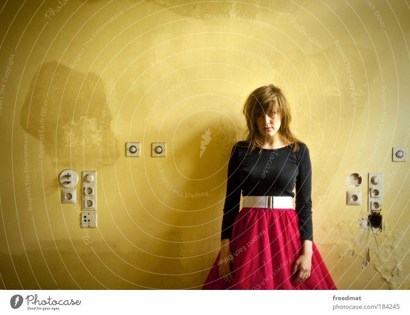 steckleiste Farbfoto Gedeckte Farben Innenaufnahme Tag Zentralperspektive Oberkörper Vorderansicht Blick in die Kamera Mensch feminin Junge Frau Jugendliche