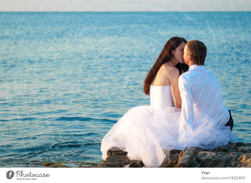 Schöne Hochzeitspaare am Strand Mensch Frau Natur Jugendliche Mann blau Sommer schön Junge Frau Wasser weiß Junger Mann Meer Landschaft 18-30 Jahre