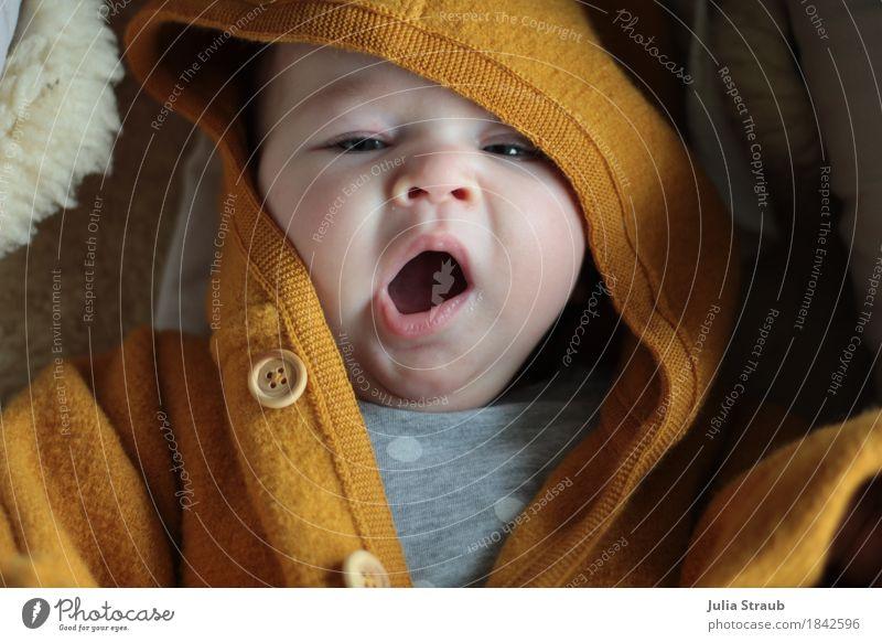 Baby liegt auf Schafsfell im Wollwalk Anzug und gähnt feminin Kindheit 1 Mensch 0-12 Monate Wolle Kapuzenjacke Schurwolle Holzknopf Mütze liegen kuschlig