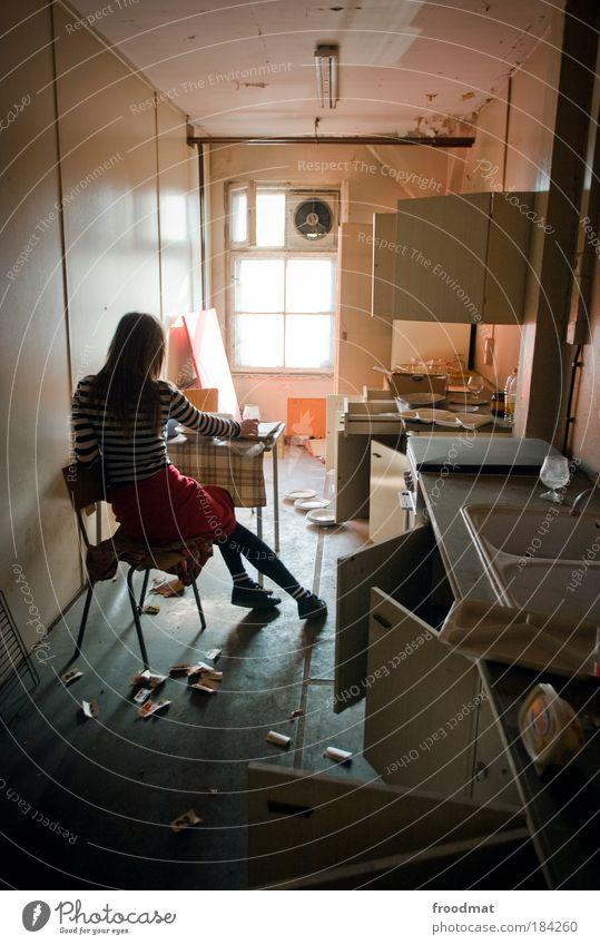 kitchenstories Mensch Frau Jugendliche Einsamkeit Erwachsene Fenster kalt feminin Traurigkeit träumen Junge Frau sitzen dreckig trist Vergänglichkeit Raum