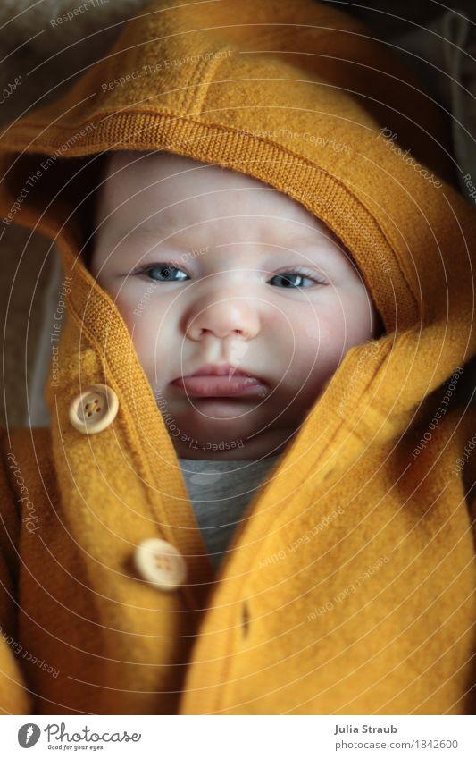 was willst du denn feminin Baby Schwester Kindheit Kopf 1 Mensch 0-12 Monate Arbeitsanzug Schurwolle Holz Knöpfe Mütze liegen Blick kuschlig klein niedlich gelb