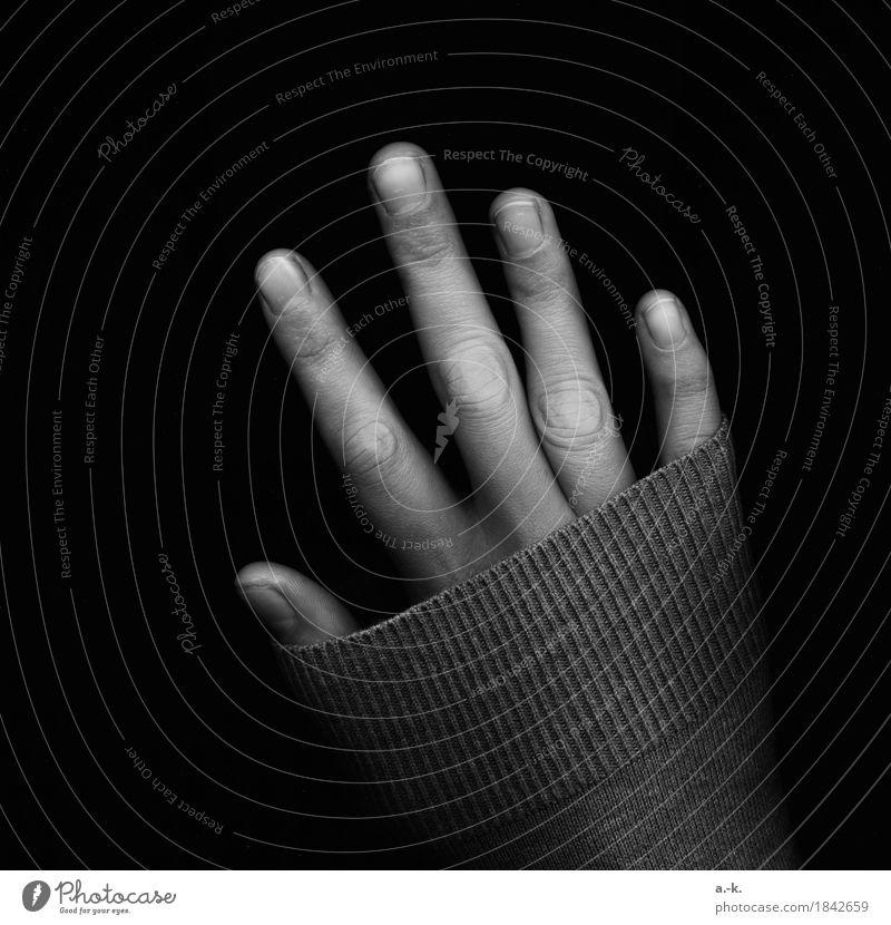 Hand feminin Finger Fingernagel Pullover Ärmel berühren kalt Einsamkeit strecken verstecken bedecken Schwarzweißfoto Detailaufnahme Experiment