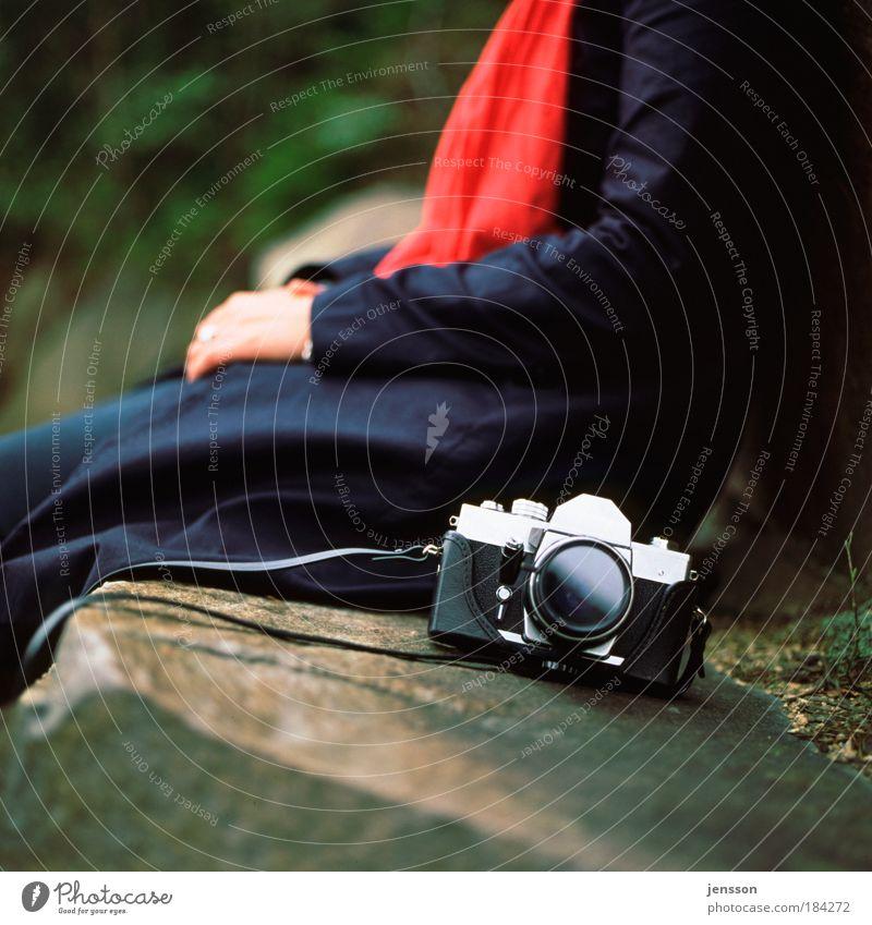140320 rot ruhig Stimmung glänzend Fotokamera Mantel Schal
