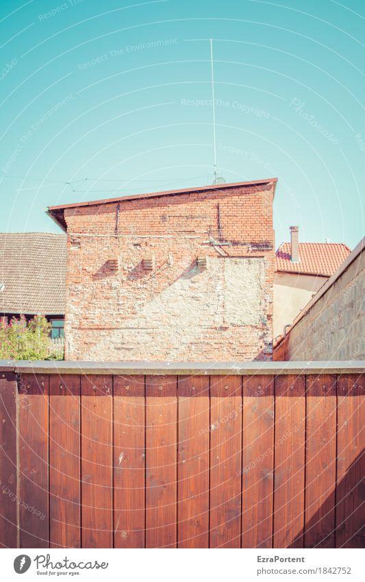 Hinterhof Himmel blau Stadt Haus Architektur Wand Holz Gebäude Mauer Stein braun Fassade Linie hell Tür trist