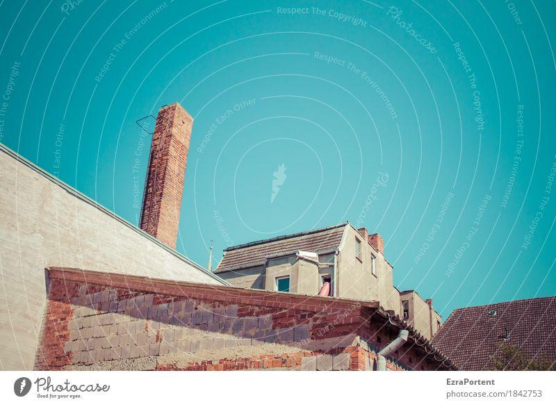weiter hinten im Hof Himmel Wolkenloser Himmel Stadt Altstadt Haus Bauwerk Gebäude Architektur Mauer Wand Fassade Dach Schornstein Stein Beton Linie hell blau