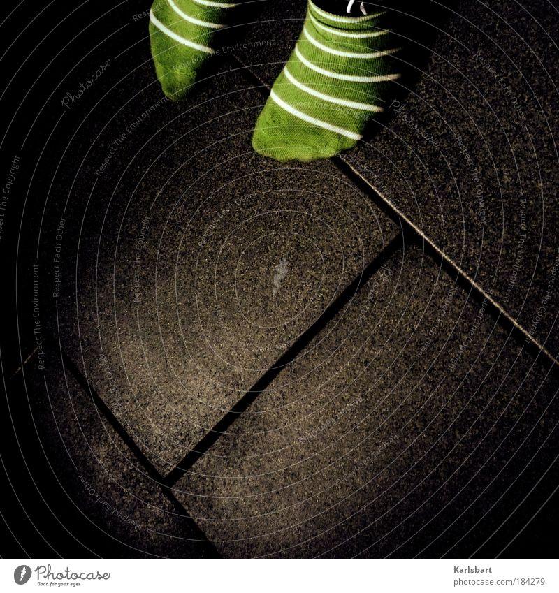 auf leisen sohlen. Mensch grün Freude Spielen Stein Fuß Wohnung Design Schuhe Lifestyle Kindheit Bodenbelag Häusliches Leben Stoff Schatten Fliesen u. Kacheln