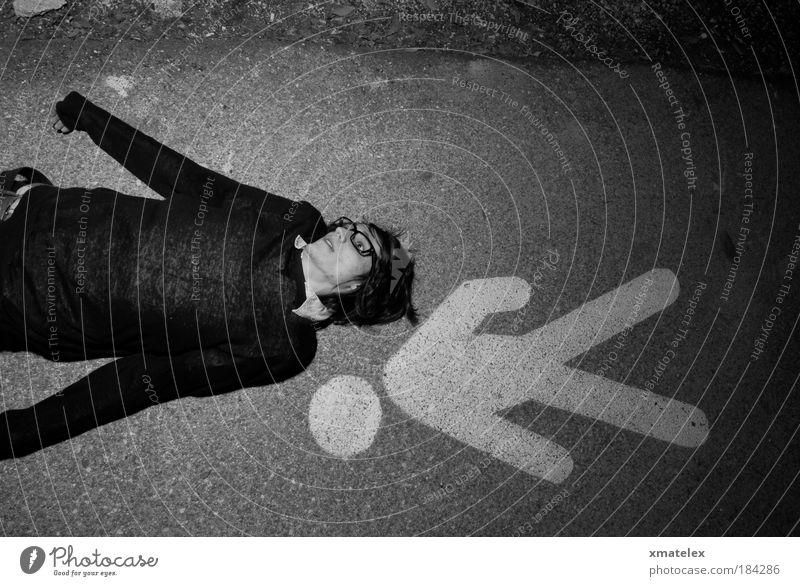 june niesein Jugendliche schwarz Mann Mensch liegen trashig Verzweiflung Verkehrsschild Verkehrszeichen Performance Junger Mann