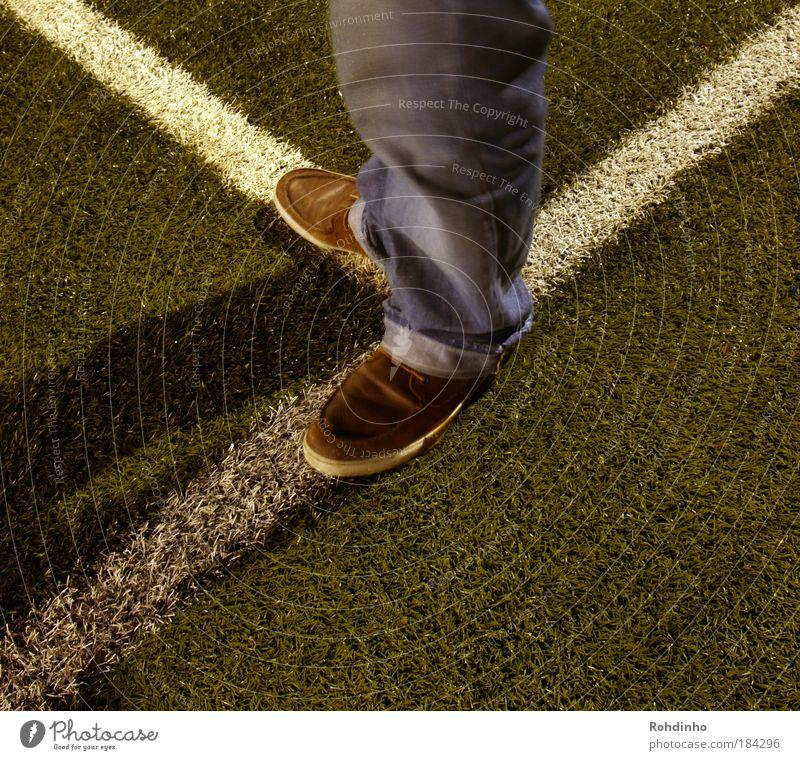 Linientreue Mensch grün Erwachsene Wiese Gras Beine Fuß Linie Schuhe Freizeit & Hobby stehen ästhetisch Bekleidung Streifen Coolness Jeanshose