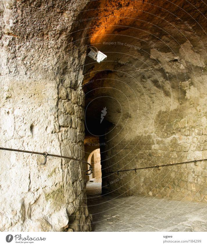 durch die mauer alt ruhig Wand Stein Mauer braun gold Bauwerk Kultur entdecken Tunnel Zentralperspektive Altstadt