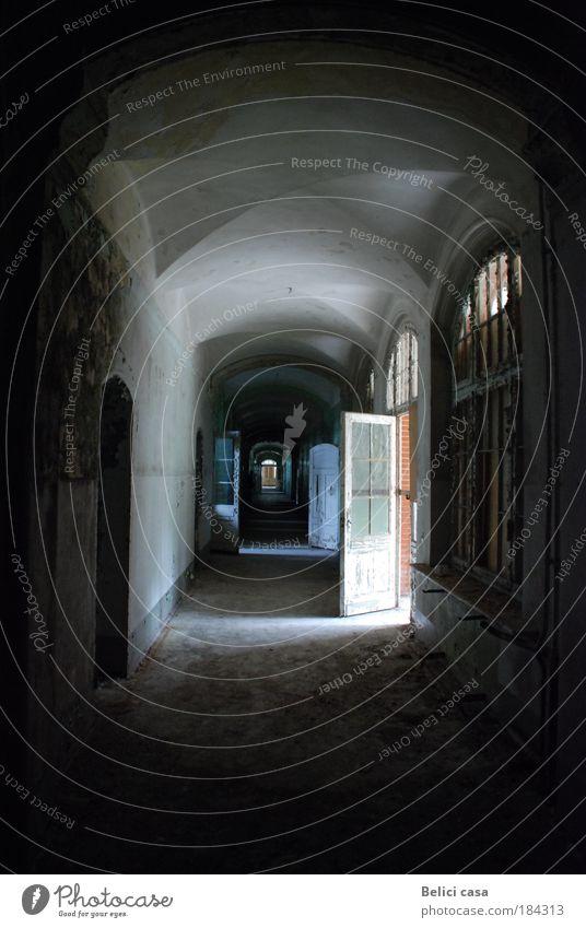 Heilstätten Haus dunkel Fenster Architektur Stein Angst Tür dreckig Beton authentisch Innenarchitektur Vergänglichkeit entdecken Vergangenheit Verfall Tunnel