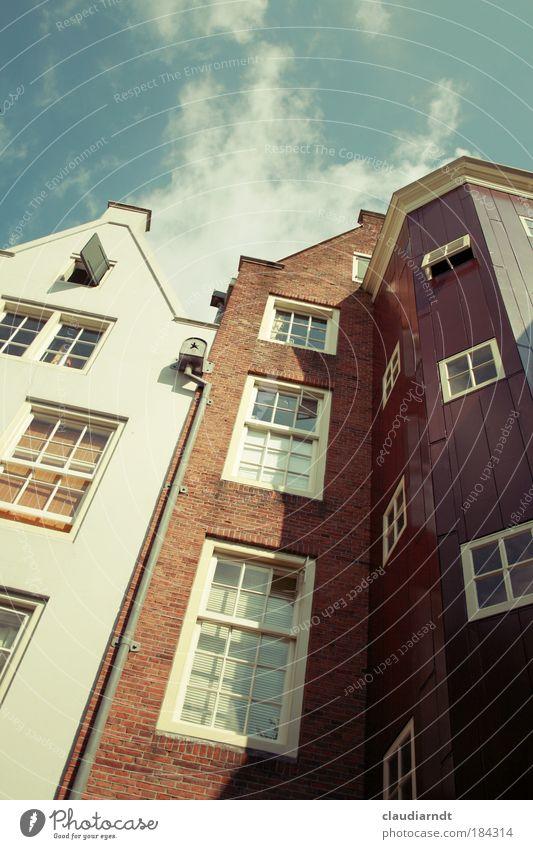 Lean on me! Farbfoto Außenaufnahme Menschenleer Textfreiraum oben Tag Froschperspektive Weitwinkel Amsterdam Niederlande Europa Stadt Altstadt Haus Bauwerk