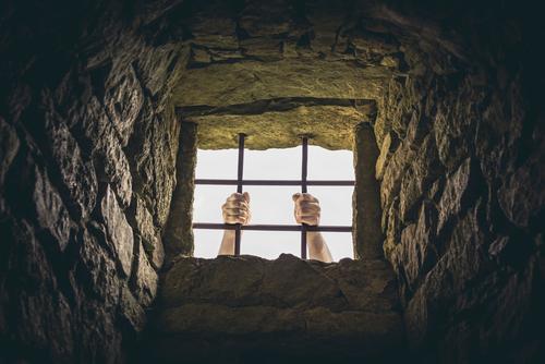 Mann, der Gefängnisstangen ergreift Hand dunkel Erwachsene Architektur Traurigkeit Religion & Glaube Gefühle Gebäude Freiheit Stein gefährlich Idee Hoffnung