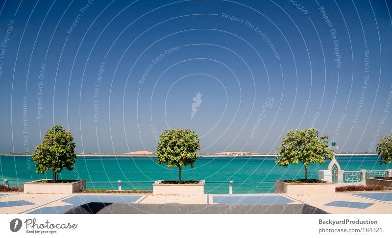 Blick auf den Golf der Küste von Abu Dhabi Farbfoto Außenaufnahme Menschenleer Textfreiraum oben Tag Kontrast Sonnenlicht Starke Tiefenschärfe