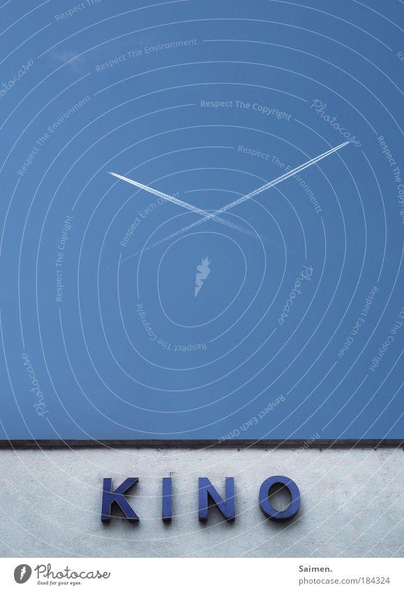 ehrenformation Himmel blau Haus Wand oben Stil Mauer Zufriedenheit fliegen Flugzeug Design modern Erfolg Perspektive Filmindustrie Freude