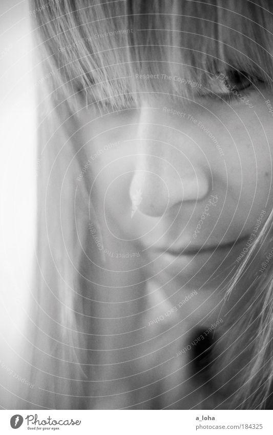 manchmal Schwarzweißfoto Außenaufnahme Schwache Tiefenschärfe Porträt Blick nach vorn feminin Junge Frau Jugendliche Gesicht Auge 1 Mensch 18-30 Jahre