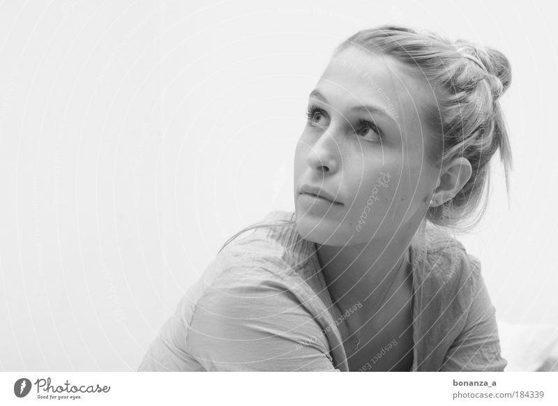 Laura. Frau Jugendliche schön Gesicht feminin träumen Mensch Denken Mund Stimmung warten Mode glänzend blond Erwachsene elegant