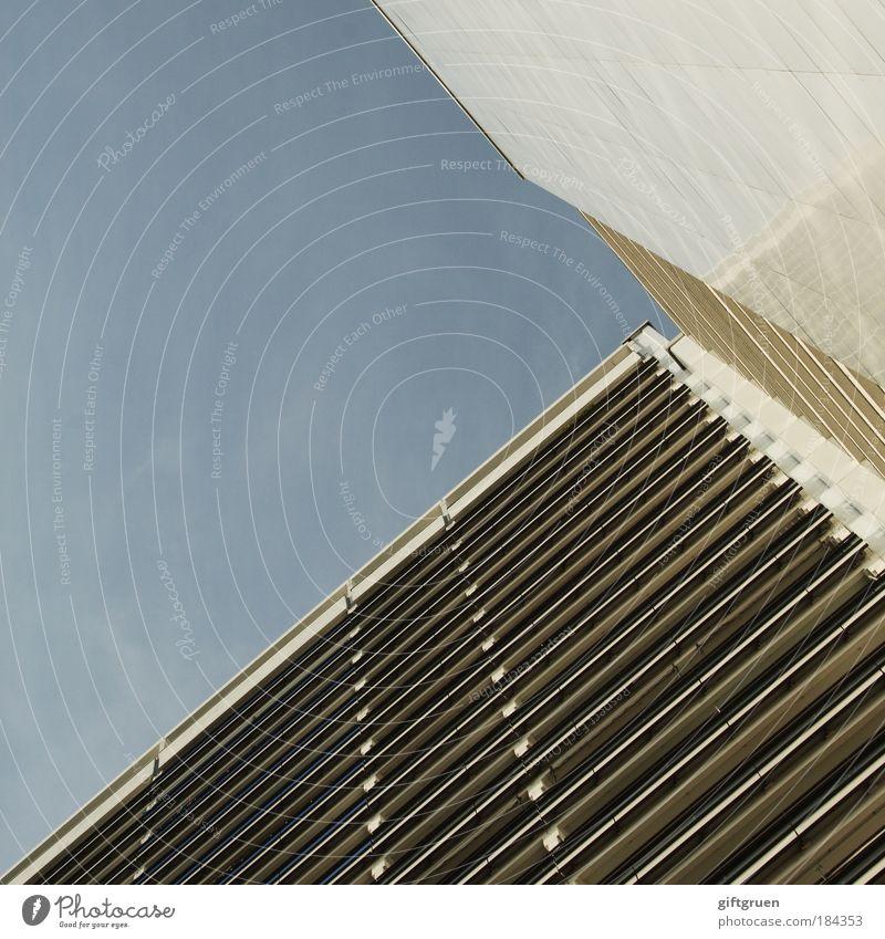 > Farbfoto Außenaufnahme Menschenleer Textfreiraum links Textfreiraum oben Tag Stadt Haus Hochhaus Bauwerk Gebäude Architektur Mauer Wand Fassade Balkon hoch