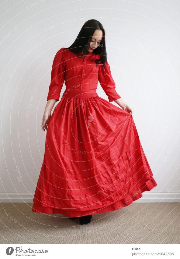 . Mensch schön rot ruhig Leben feminin Zeit Raum Zufriedenheit elegant ästhetisch stehen Lächeln Lebensfreude Warmherzigkeit beobachten