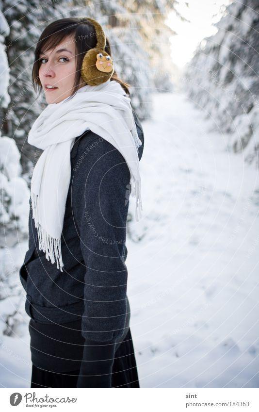 es wird kalt Mensch Jugendliche schön Winter Erholung Frau feminin Schnee Erwachsene Eis elegant frisch Fröhlichkeit Farbfoto Blick