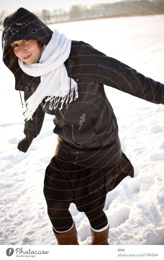 es wird kalt Mensch Jugendliche Freude Winter Schnee Erholung feminin Bewegung Eis Zufriedenheit Erwachsene Frau laufen Fröhlichkeit Frost