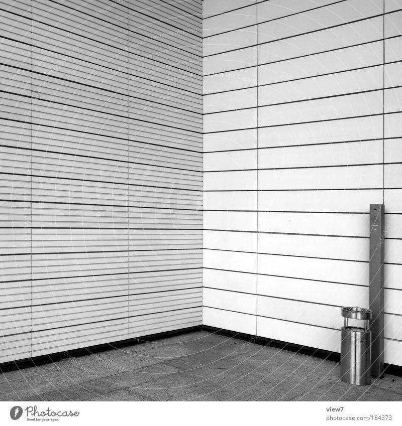 Raucherecke Schwarzweißfoto Außenaufnahme Detailaufnahme Menschenleer Textfreiraum links Textfreiraum oben Licht Starke Tiefenschärfe Zentralperspektive Haus