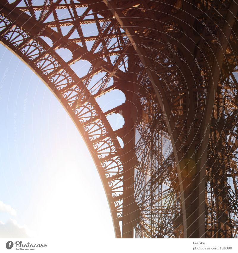 Eiffelturm Farbfoto Außenaufnahme Detailaufnahme Muster Strukturen & Formen Textfreiraum links Licht Kontrast Reflexion & Spiegelung Sonnenlicht Sonnenstrahlen