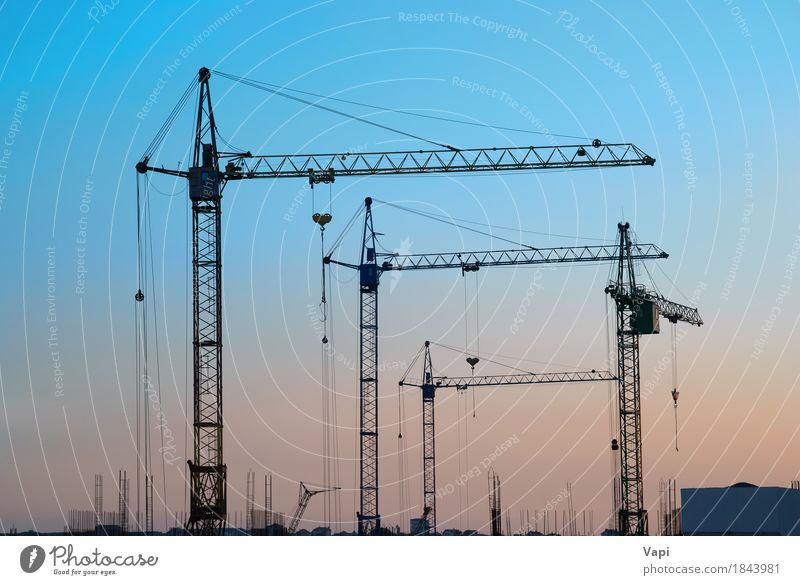 Industrielandschaft mit Silhouetten von Kränen Sonne Arbeit & Erwerbstätigkeit Baustelle Maschine Baumaschine Technik & Technologie Landschaft Himmel