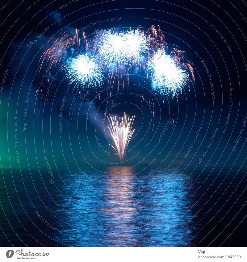Buntes Feuerwerk am schwarzen Himmel blau Weihnachten & Advent Farbe grün Wasser weiß rot Freude dunkel Kunst Feste & Feiern Party See orange